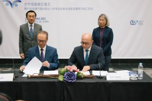 Assinatura do protocolo. foram testemunhas deste ato o Dr. Alexis Tam e a Dra. O Tin LIn